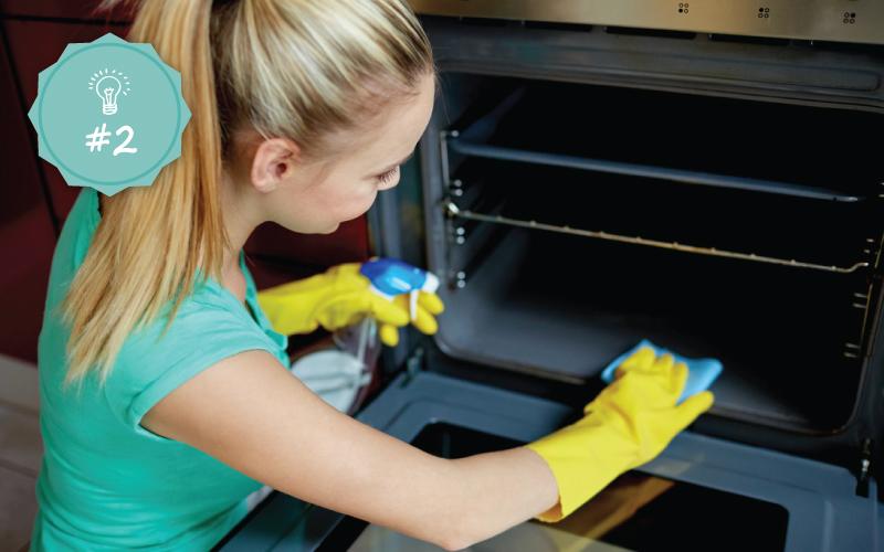 86fc847389 Καθαρίστε το φούρνο μικροκυμάτων Τοποθετήστε μαγειρική σόδα σε ένα καθαρό  βρεγμενο σφουγγάρι και καθαρίστε απαλά το εσωτερικό του φούρνου  μικροκυμάτων.